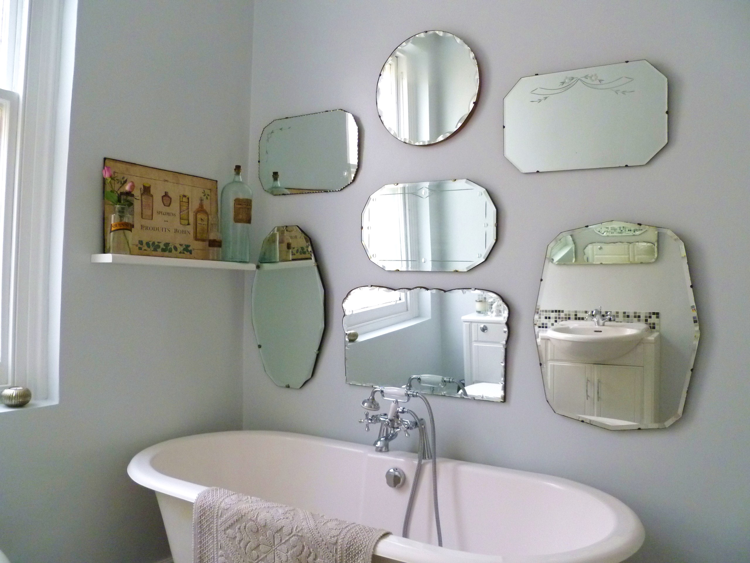 How to hang a display of vintage mirrors decorator 39 s for Miroir ikea rond