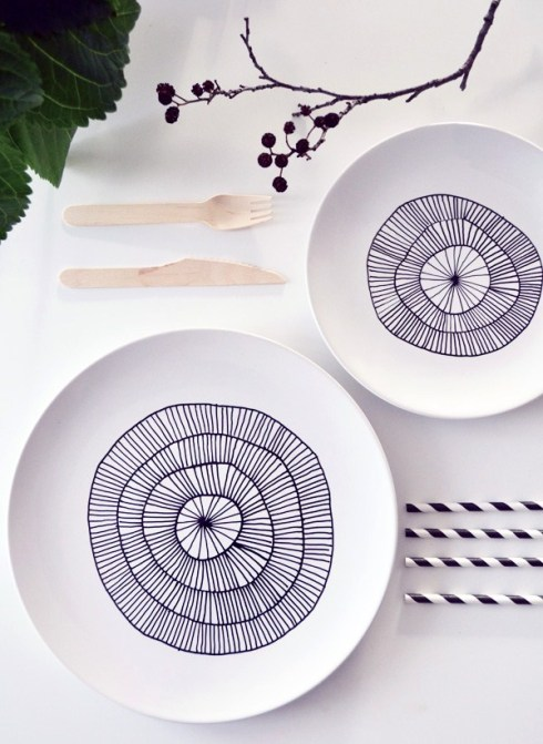 white plates decorated with porcelain pen DIY craft idea