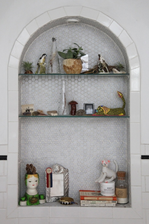 bathroom-alcove-shelves