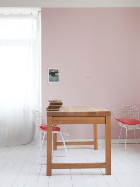 pink wall and bertoia chairs