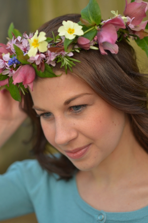 Make a flower crown with wild flowers - Decorator's Notebook