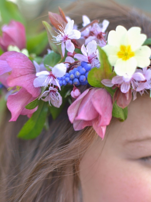Spring flower crown DIY by Decorator's Notebook blog